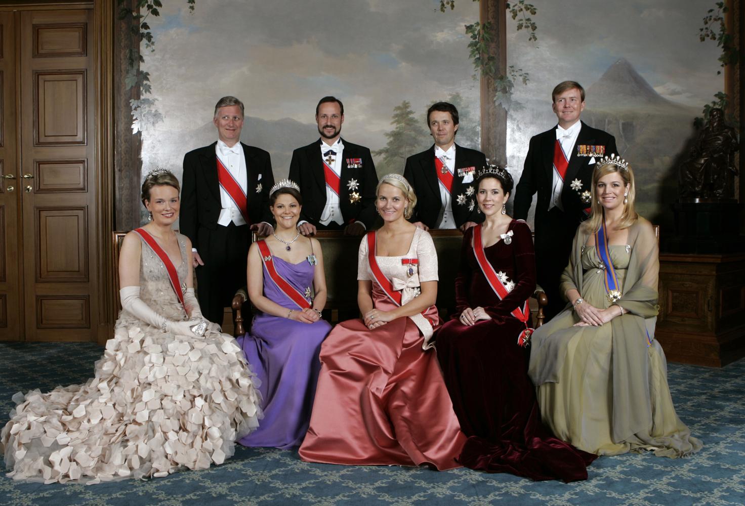 OSLO 20070224: Gruppebilde, liten gruppe, på Slottet lørdag 24.2.2007 i anledning kong Haralds 70 års-dag. Første rad fra venstre: H.K.H. Prinsesse Mathilde, H.K.H. Kronprinsesse Victoria, H.K.H. Kronprinsse Mette-Marit, H.K.H. Kronprinsesse Mary og H.K.H Prinsesse Maxima. Stående bak fra venstre H.K.H. Hertugen av Brabant, H.K.H. Kronprins Haakon, H.K.H. Kronprins Frederik og H.K.H. Prinsen av Oranje. Foto: Bjørn Sigurdsøn / SCANPIX / DET KONGELIGE HOFF